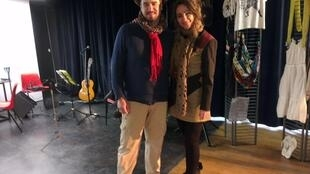 O músico André Villa e a atriz brasileira Chuca Toledo.