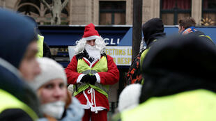 Papai Noel de colete amarelo em Paris em 15/12/18