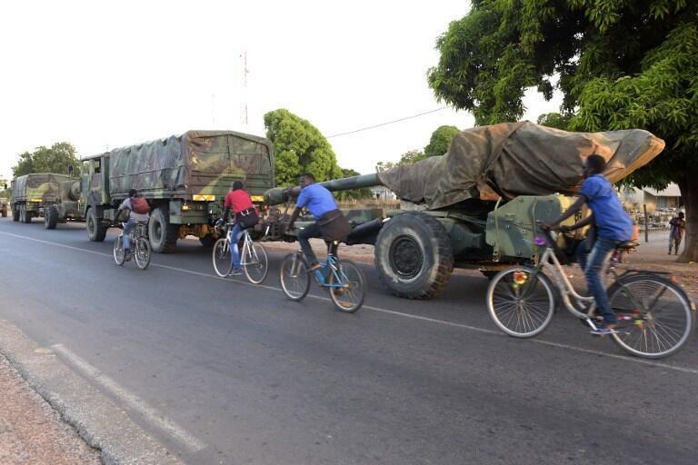 Un convoi militaire quittant la frontière avec la Gambie, près du village de Toubacouta au Sénégal, le 21 janvier 2017.