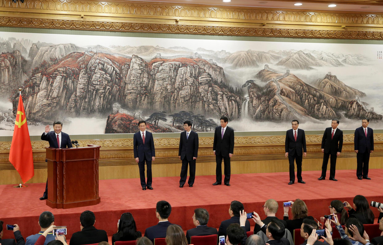 习近平率领中共新一届常委25日与记者会面