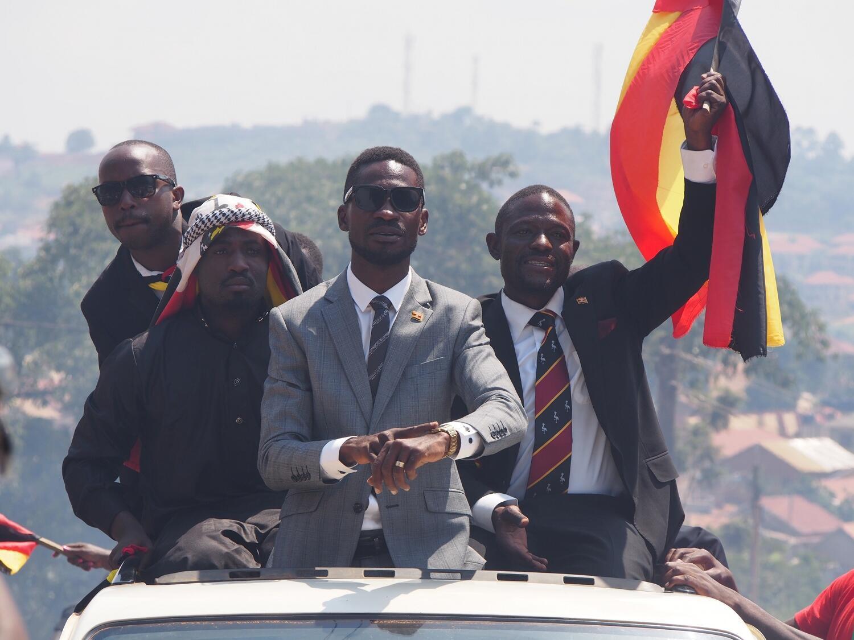 """Bobi Wine atoa ishara kwa wafuasi wake kuwa wakati umewadia. Kauli mbiu ya kampeni yake, """"sawa"""". Julai 11, 2017."""