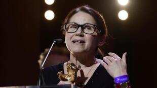 """A diretora Ildikó Enyedi recebe o Urso de Ouro por""""On Body and Soul"""""""