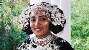 En Grande Comore, l'été, les grands mariages rythment la vie de l'île et les époux enchaînent les cérémonies somptueuses. Parmi elles, le Oukoumbi des femmes.