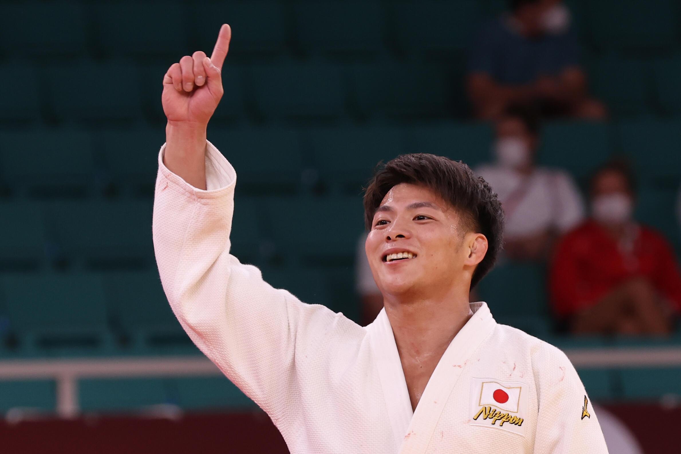 La joie du Japonais Hifumi Abe, champion olympique après sa victoire en finale (-66 kg) face au Géorgien Vazha Margvelashvili, lors des Jeux Olympiques de Tokyo 2020, le 25 juillet 2021