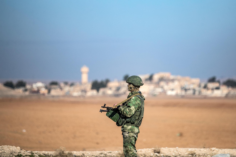 Soldado russo na localidade de Tal Tamr, na Síria.