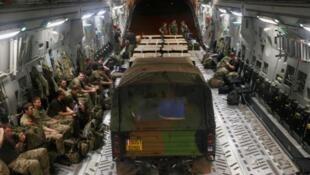 Um jipe francês e cargas de alimentos são embarcados em avião britânico deixam a Costa do Marfim em direção ao Mali, nesta quarta-feira.