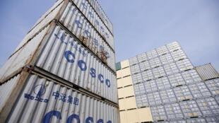中国经济3月指数预计些微反弹 图为上海港的集装箱