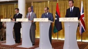 (da esquerda para direita): o presidente francês, Nicolas Sarkozy, o presidente do Conselho Nacional de Transição, Mustafa Abdel Jalil, o primeiro-ministro rebelde líbio, Mahmoud Jibril, e o premiê britânico, David Cameron.