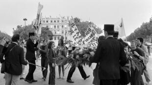 Une douzaine de femmes manifestent place de l'Etoile à Paris, le 26 août 1970. Parmi elles, les écrivains Christiane Rochefort et Monique Wittig.