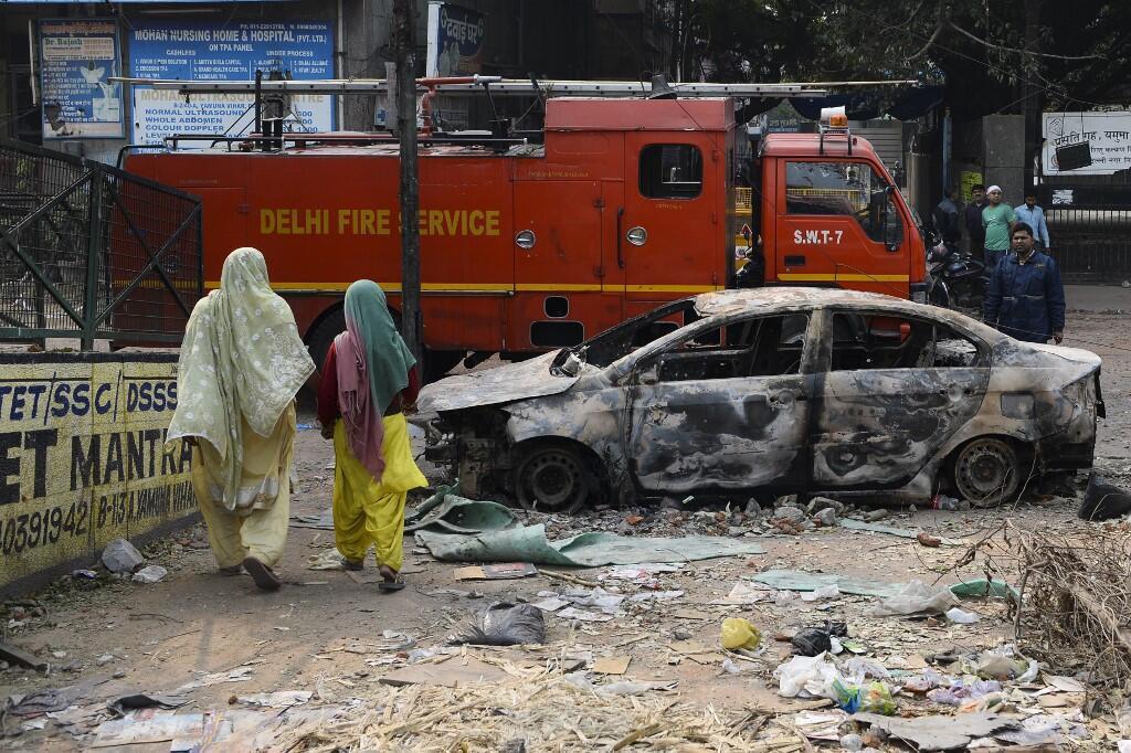 Xe hơi bị đốt cháy trong các vụ bạo động ở New Delhi, Ấn Độ, ngày 26/02/2020