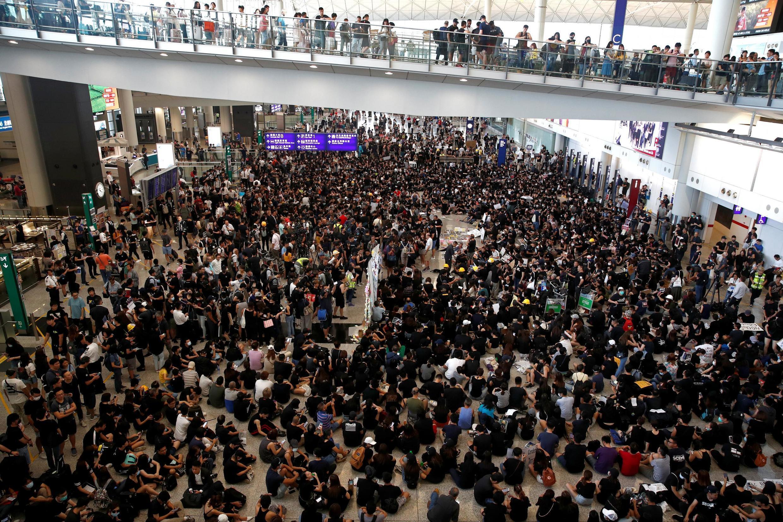 Em Hong Kong, manifestantes invadem o aeroporto para educar visitantes sobre os protestos contra Pequim