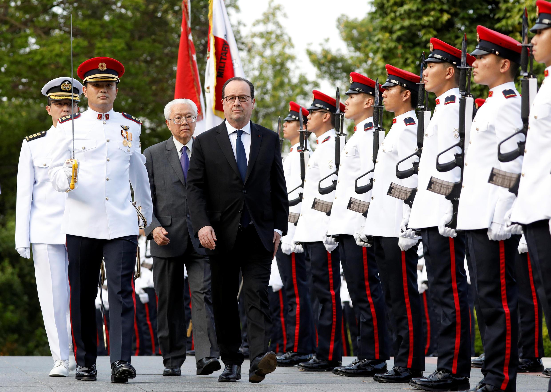 Tổng thống Pháp François Hollande và đồng nhiệm Singapore Tony Tan duyệt hàng quân danh dự tại Singapore ngày 26/03/2017.
