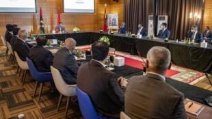 Le ministre marocain des Affaires étrangères devant les deux délégations libyennes à Bouznika, lors d'une précédente réunon, le 6 septembre 2020 (image d'illustration).