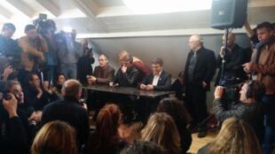 Gérard Biard e o cartunista Luz durante coletiva em 13 de janeiro de 2015
