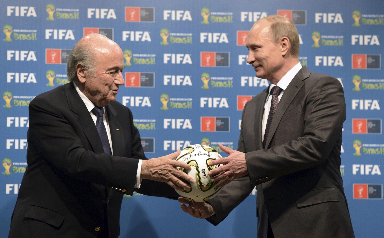 Passe décisive de Sepp Blatter à Vladimir Poutine dimanche 13 juillet 2014 à Rio de Janeiro.