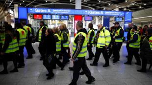 با اعتصاب ماموران تامین امنیت سه فرودگاه مهم کلن/ بن، اشتوتگارت و دوسلدورف در آلمان از سحرگاه روز پنجشنبه ١٠ ژانویه/٢٠ دیماه از حدود هزار پرواز برنامه ریزی شده ٦٤٣ پرواز قطع شد و هزاران مسافر سرگردان ماندند.