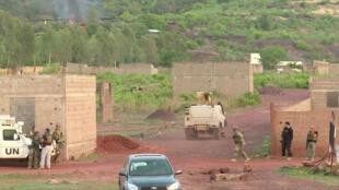 Des forces armées devant le campement Kangaba suite à l'attaque des lieux par des hommes armés, le 18 juin.
