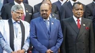 Omar al-Bashir (centro) na Cimeira da União Africana de Joanesburgo a 14 de Junho de 2015