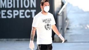 Lionel Messi du FC Barcelone porte un masque protecteur et des gants pendant l'entraînement, le 6 mai 2020.