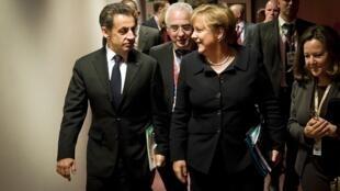 O presidente francês Nicolas Sarkozy e a chanceler Angela Merkel chegam à Cúpula da União Europeia nesta quinta-feira.