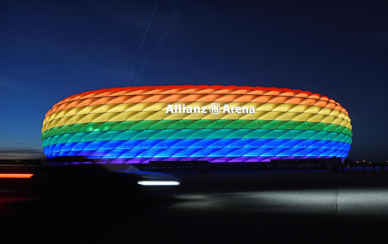O estádio de Munique iluminado com as cores do arco-íris, que representam a comunidade LGBT, em foto de 9 de julho de 2016.