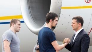 Президент Украины Владимир Зеленский встречал вернувшихся соотечественников у трапа самолета