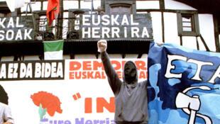 Các thành viên ETA trong tang lễ một lãnh đạo của tổ chức này, tháng 6/1998.