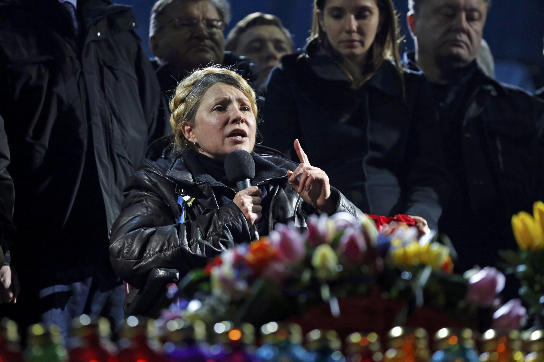 A opositora Iúlia Timochenko falou para 50 mil pessoas reunidas na praça da Independência em Kiev neste sábado (22).