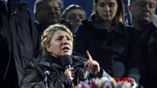 L'opposante Ioulia Timoshenko s'est adressée à la foule, place de l'Indépendance. A ses côtés sa fille Yevgenia (d). Kiev, le 22 février 2014.