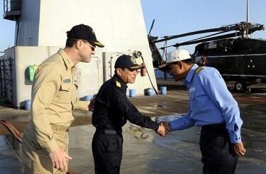 Các viên chức hải quân Mỹ, Nhật và Ấn gặp nhau để trao đổi về hợp tác hồi cuối năm 2010 (AFP)