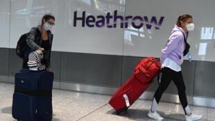 Des passagers masqués arrivant dans un aéroport londonien, le 10 juillet 2020.
