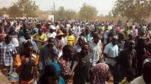 manifestation-marche-pays-dogon-centre-mali-bankass-koro-bandiagara-jeunesse-population-peulh-village-femme-enfant