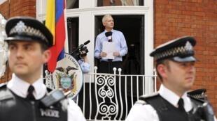 در سال ٢٠١٢ آسانژ پس از پناهندگی، از پنجره سفارت اکوادور با خبرنگاران سخن گفت