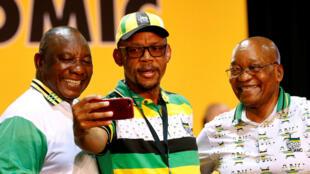 Kiongozi mpya wa chama cha ANC, Cyril Ramaphosa (kushoto), na Jacob Zuma wakati wa kongamano la chama tawala, Desemba 18, 2017.