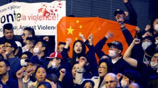 Акция протеста китайской коммьюнити после убийства полицией гражданина Китая Шайо Ли на площади Бастилии, 30 марта 2017 г.