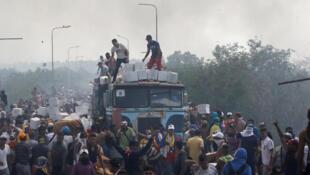 Un camion d'aide humanitaire est déchargé, après avoir incendié lors de heurts sur le pont Francisco de Paula Santander, à la frontière colombiano-vénézuélienne, le 23 février 2019.