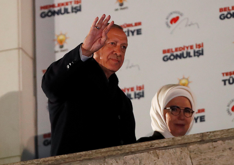 Tổng thống Thổ Nhĩ Kỳ Tayyip Erdogan và phu nhân vẫy tay chào các ủng hộ viên, Ankara, ngày 01/04/2019