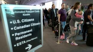 Hành khách xếp hàng nhập cảnh tại sân bay Miami, Hoa Kỳ