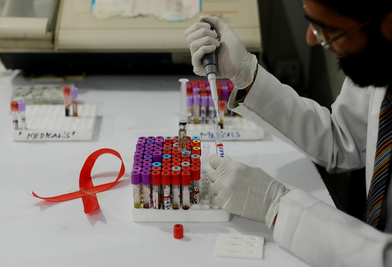 Pesquisadores do grupo farmacêutico francês Sanofi et do instituto nacional americano da saúde (NIH) conseguiram fabricar um triplo antiviral.(Foto ilustração 30/11/13)