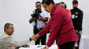 O presidente Nicólas Madurp vota neste domingo em Caracas