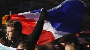 美国民众14日在华盛顿一处公园聚会悼念巴黎恐怖事件遇难者