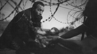 Foto del australiano Warren Richardson tomada la noche del 28 de agosto en la frontera entre Serbia y Hungría.
