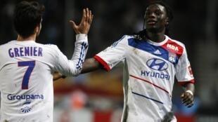 Lyon s'impose face à Marseille, au Vélodrome, le 28 novembre 2012. Ici, 2 joueurs de l'OL, Bafetimbi Gomis (face) et Clément Grenier.