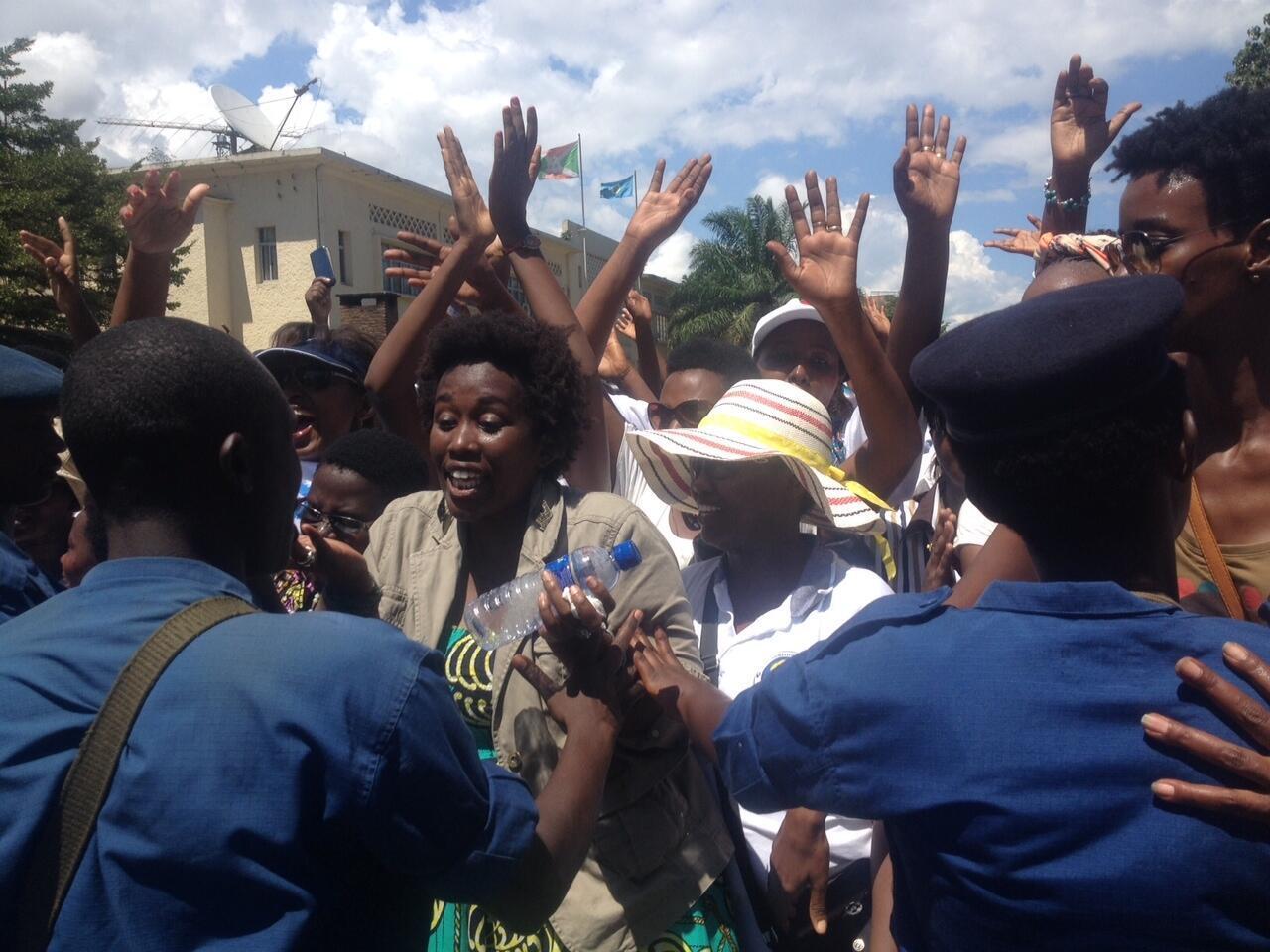 Pour la première foi depuis le début des troubles au Burundi, environ deux cents femmes ont réussi à manifester dans le centre-ville de Bujumbura pour «la paix, l'unité et la démocratie», ce dimanche 10 mai 2015.