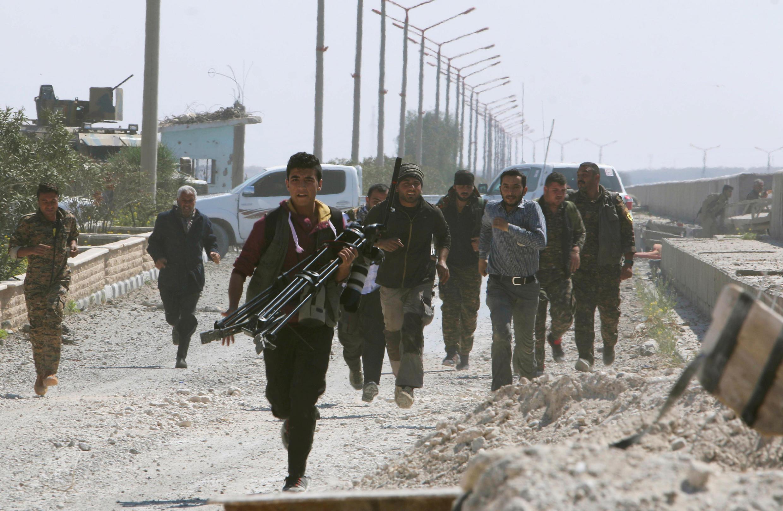 """نیروهای کرد در نزدیکی شهر """"طبقه"""" در ماه مارس دوهزار و هفده"""