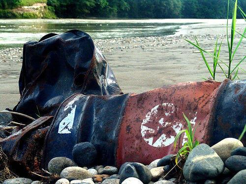 Basura abandonada por Texaco a orillas del río Nueva Loja en Ecuador.