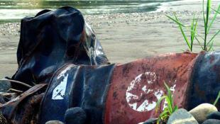 Décombres abandonnés par Texaco sur les rives du fleuve Nueva Loja en Equateur.