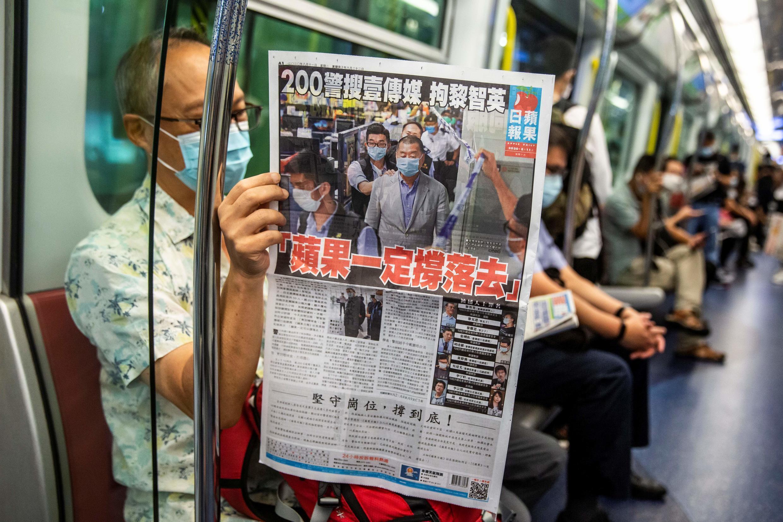 Apple Daily считается крупнейшей оппозиционной газетой Гонконга. Она попала под государственное давление и объявила о закрытии