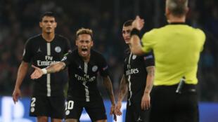 Neymar reclama com juiz durante partida da Liga dos Campeões contra o Napoli, 6/11/2018