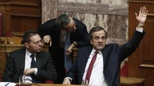 O premiê grego, Antonis Samaras, vota o orçamento durante sessão no Parlamento.